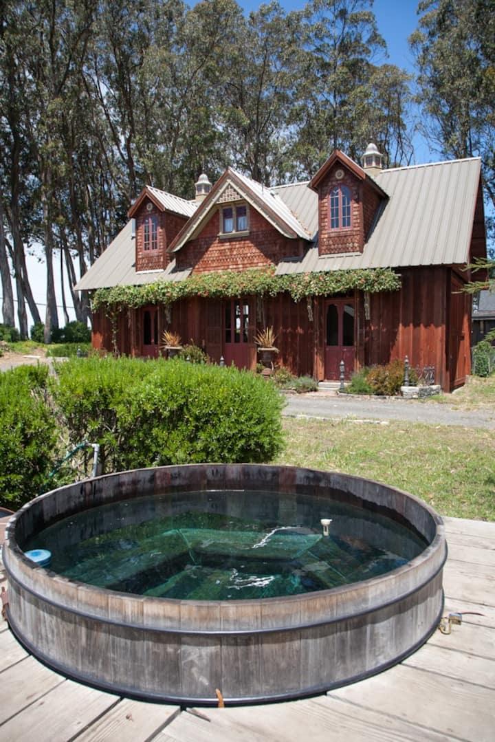 Romantic Loft just 2 miles from Mendocino Village