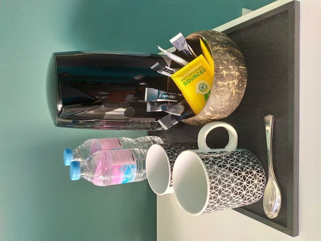 Cafe, thé, bouteilles d eau, bouilloire