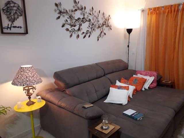 Sala de leitura e TV compartilhada. Confortável, iluminada e arejada. Os anfitriões quase não utilizam. Sinta - se em casa