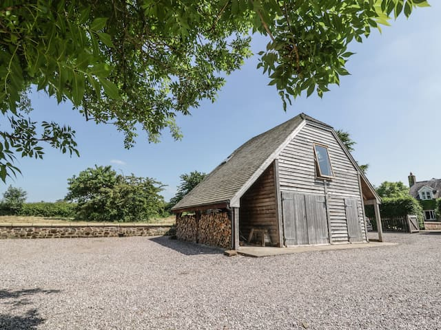 THE BARN AT ROSE COTTAGE, pet friendly in Malpas, Ref 982416