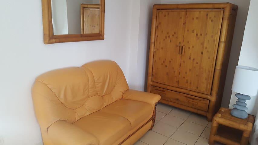 Chambrée en bambou, canapé cuir, armoire, commode, miroir, porte manteaux. Porte avec verrou de sûreté, Ventilateur sur pied