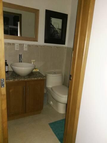 Suite privada, con sala de estar y baño propio.
