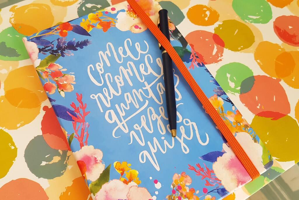 Caderno para deixar mensagens, pedidos e dicas. Normalmente há uma surpresa...