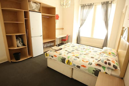 Budget Double Room. Paisley. Nr Glasgow Airport. C - ペーズリー