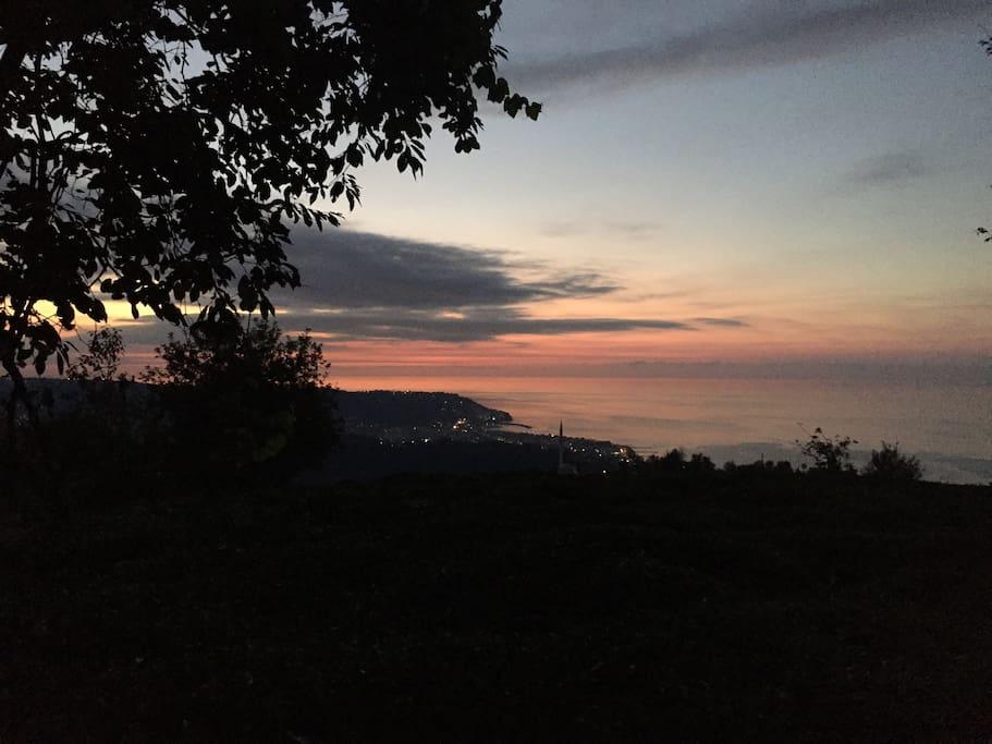 Akşam balkonda çayınızı yudumlarken gün batımını seyredebilirsiniz..