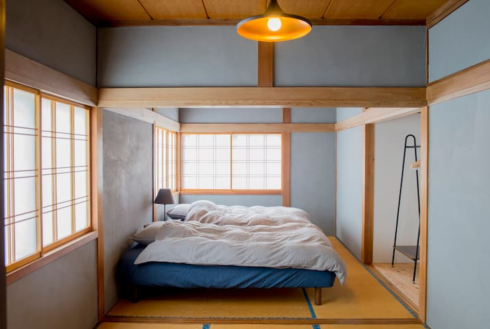 2 bed room (about 18 ㎡, we can add 2 futons)