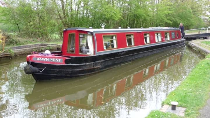Canal boat in the Heart of England. Sleeps up to 8