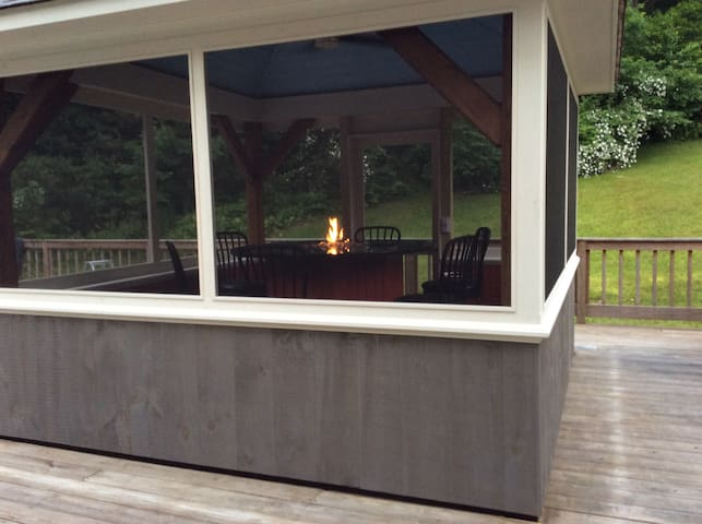 Screened in fire pit, perfect for eating outside, day or night.
