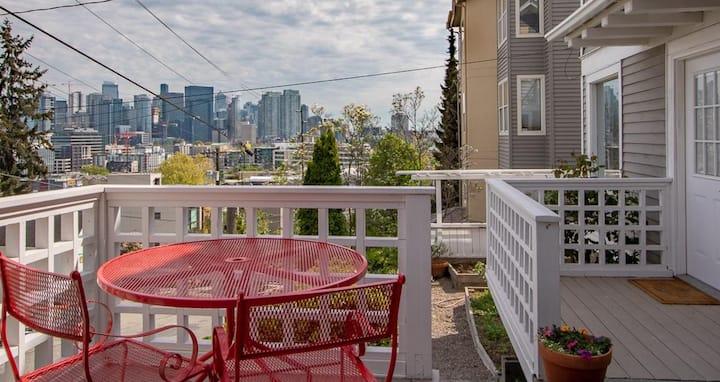 Queen Anne City-view Apartment