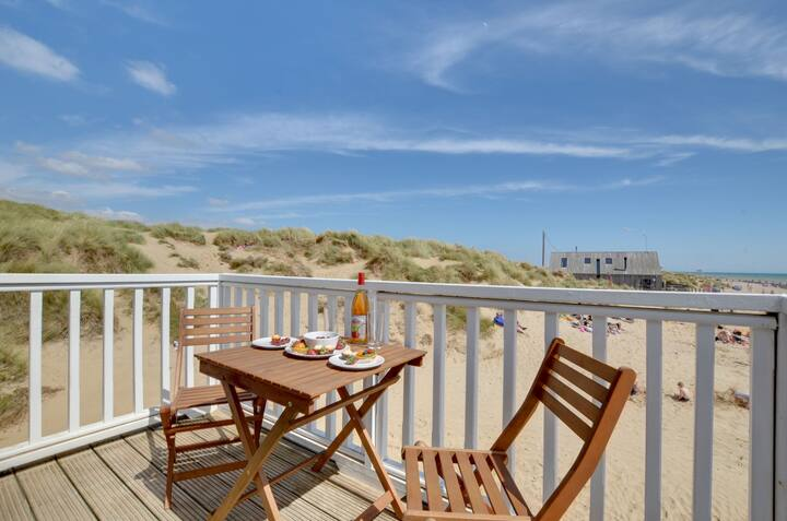 2 Bed Apartment with Balcony Directly on Camber Sands Beach - Sleeps 6 + 1 Small Dog - Private parking