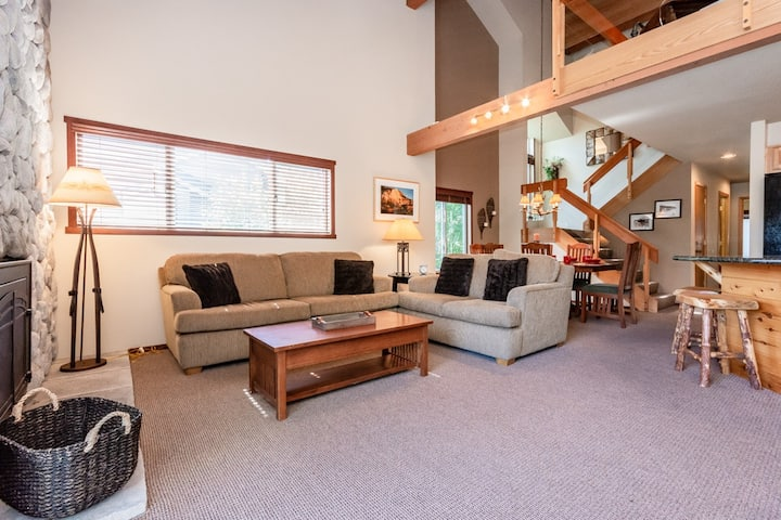 Tranquil Corner Condo with Athletics Club Access and free shuttle to town