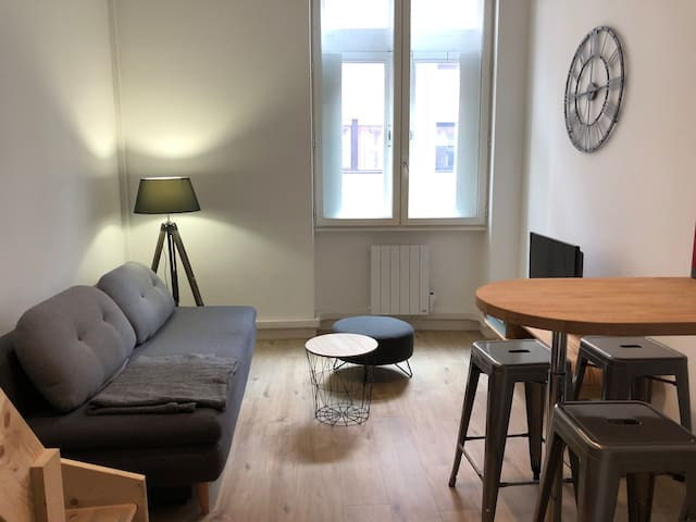 studio mezzanine hyper centre apartments for rent in lyon auvergne rh ne alpes france. Black Bedroom Furniture Sets. Home Design Ideas