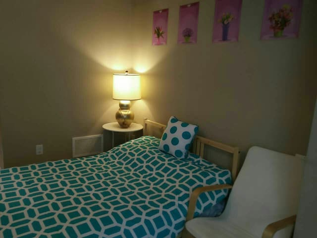 clean bedroom entire 1st floor park - Richmond Hill - Complexo de Casas