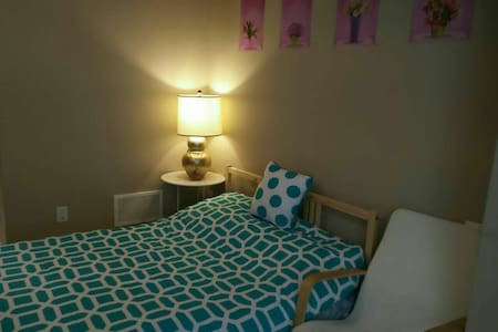 clean bedroom entire 1st floor park - Richmond Hill - Rivitalo