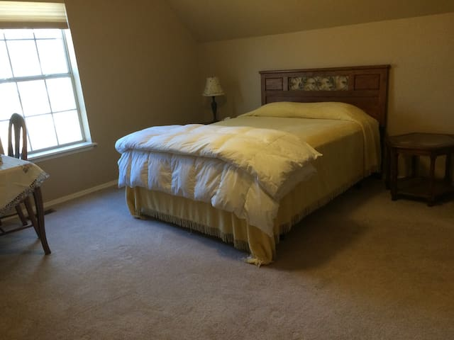 Spacious bedroom with a lovely view - Ozark - Casa