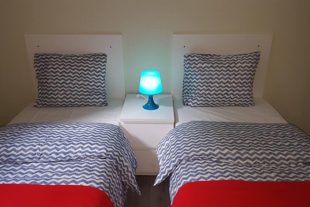 Appartement de droite situé au 2ème étage : chambre à coucher avec 2 lits simples (possibilité de les rassembler).