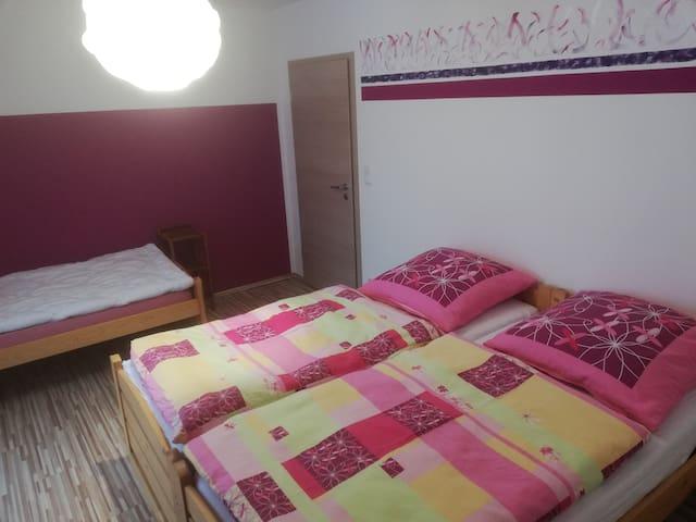 Schlafzimmer mit 3 Schlafmöglichkeiten. Doppelbett oder drei Einzelbetten möglich.