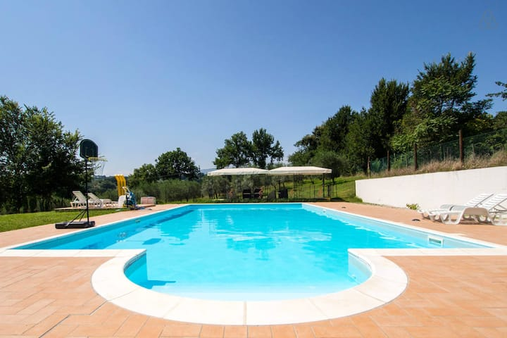 Apartment with 2 bedrooms in Spoleto, with wonderful city view, shared pool, enclosed garden - 100 km from the beach