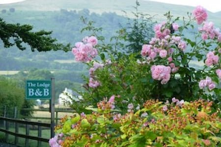 Friendly B&B with en Suite Rooms & Stunning Views - Llanfrynach - Bed & Breakfast