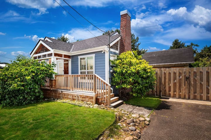 Vintage Cottage, Three Blocks from Beach and Promenade + Huge Private Backyard, Hot Tub & Fire-Pit