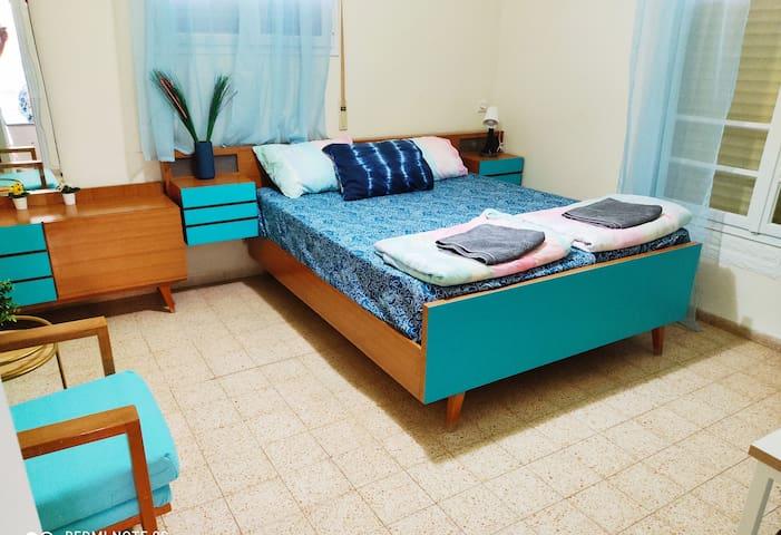 חדר שינה זוגי עם מיטה גדולה נוחה טלויזיה, פינת ישיבה, ושידת איפור. ניתן להוסיף מיטה נוספת או לול לתינוק