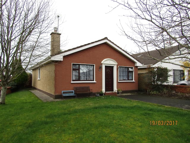 Bungalow in quiet estate near coast - Oranmore