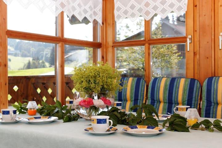 Ferienhof Degenhart (Mauth), Ferienwohnung Sonnenblume mit Balkon und Wintergarten