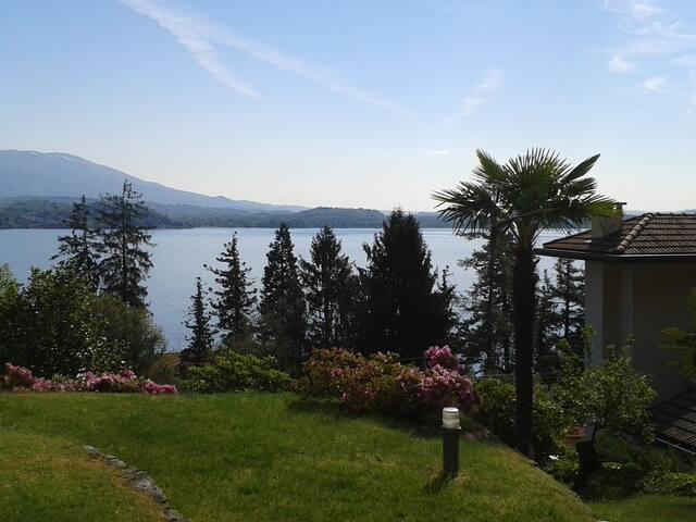 Villa con vista lago e piscina