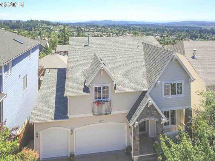 City views Bull Mountain with full house balcony