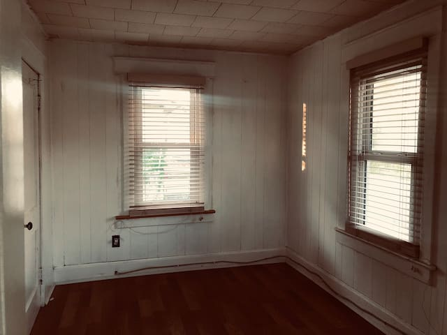 Unfurnished room: Ivanhoe  Northeast, Kansas City