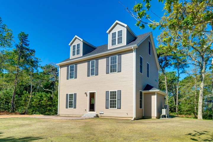 New construction w/ patio & yard - walk to the ferry, downtown & beaches!