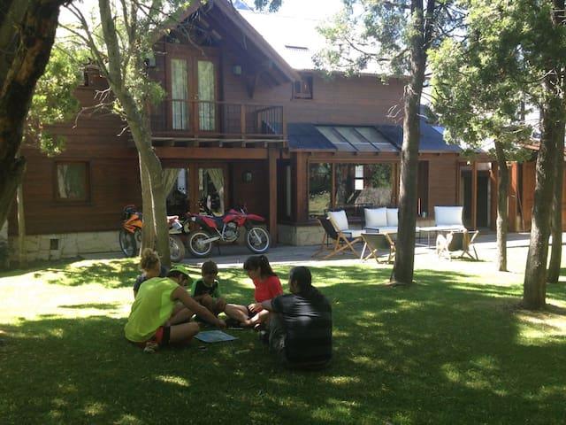 Casa estilo Patagonia en Arelauquen Golf & Country - San Carlos de Bariloche - บ้าน