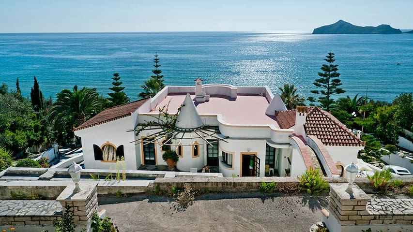 Villa at the beachfront of a lovely bay - Agios Georgios Pagon - Casa