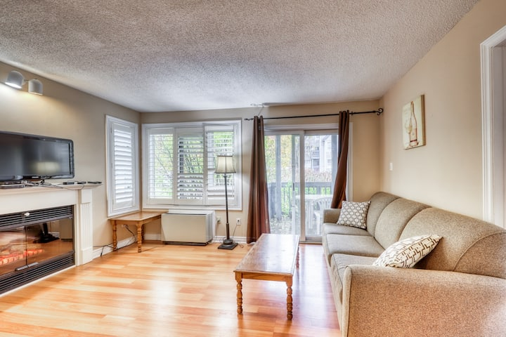 Walk to lift/shuttle! Cozy condo w/ shared pool, tennis - dogs OK!