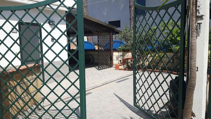 Villetta  monofamiliare a due piani con giardino