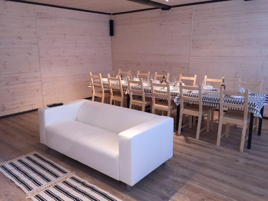 Общий зал: 3 стола на 12 человек. В зале домашний кинотеатр (акустика 5.1, сервисы ivi, megogo), WiFi 50 Мбит/с, xbox 360.