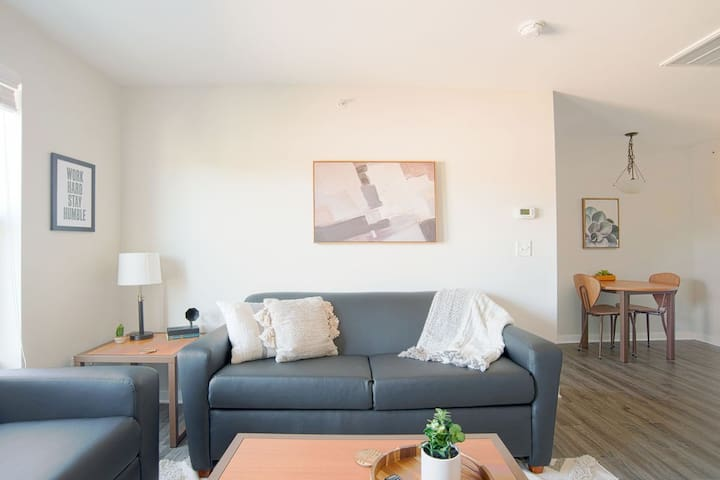 Pristine 1BR steps away from VU campus!
