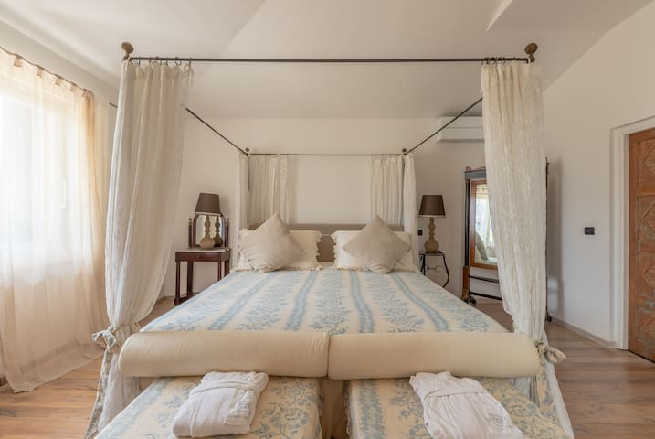 Sleeping room with canopy bed