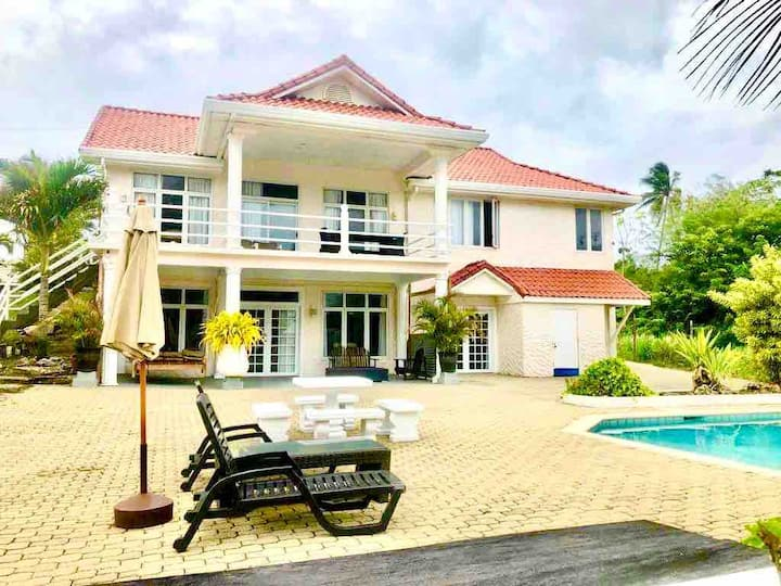Bago Beach Villa: Pool n Oceanfront