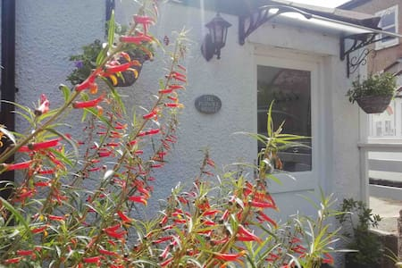 NEW! The Flower House - a quiet Cornish retreat