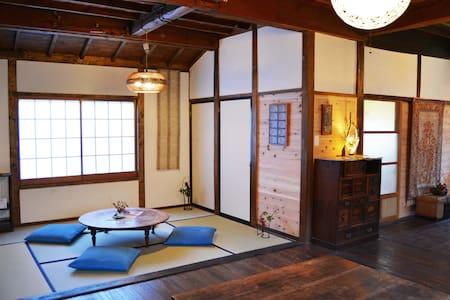 歴史ある温泉街にたたずむ古民家ゲストハウス・Historic hot spring town, E