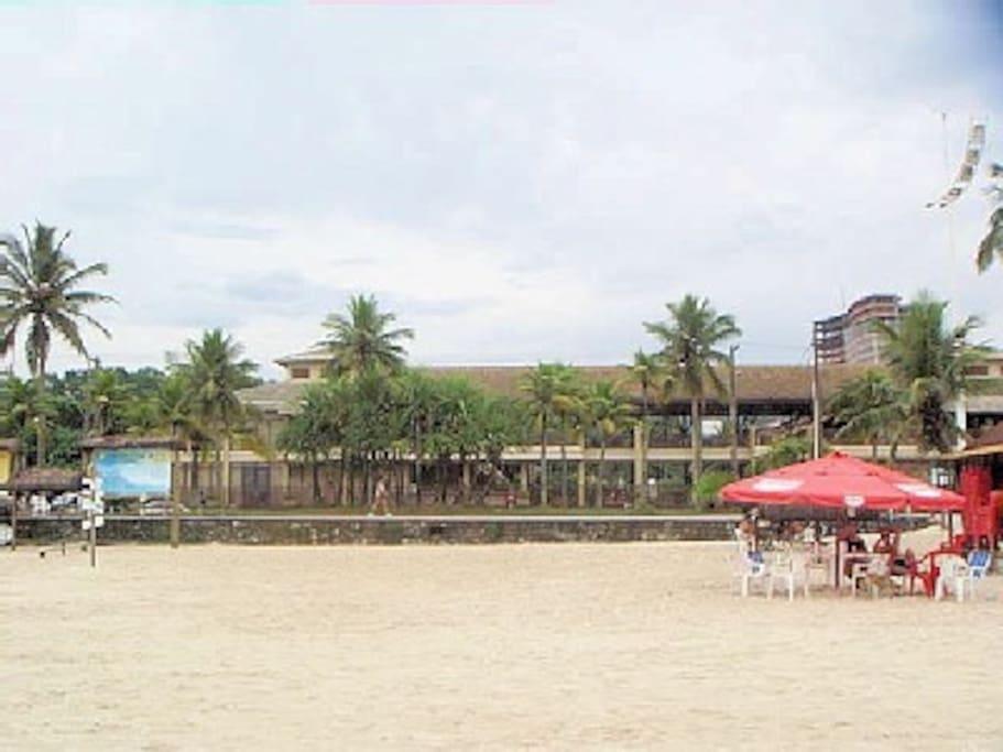 Condomínio | fachada | vista para á praia da enseada | quase pé na areia | basta atravessar á rua