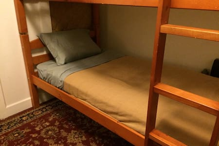 RealityHouse Hostel: Bed Three - New Orleans - House