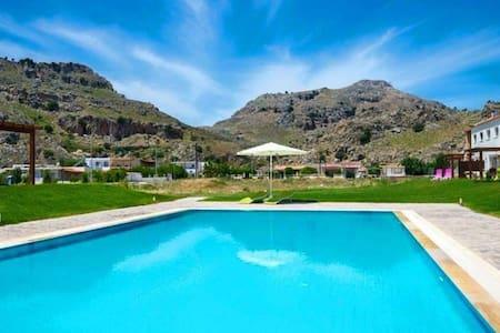 Kolymbia Sunny Villa with shared Pool and Garden - Kolympia - Hus
