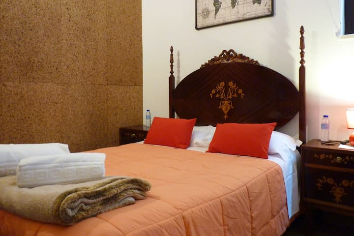 Hostel | Red Room | Private WC | Centre Aveiro