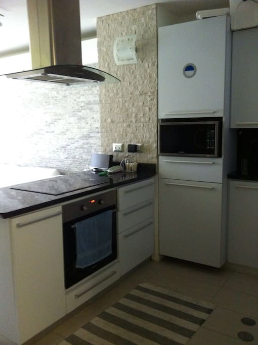 Fully equiped kitchen // Cocina equipada