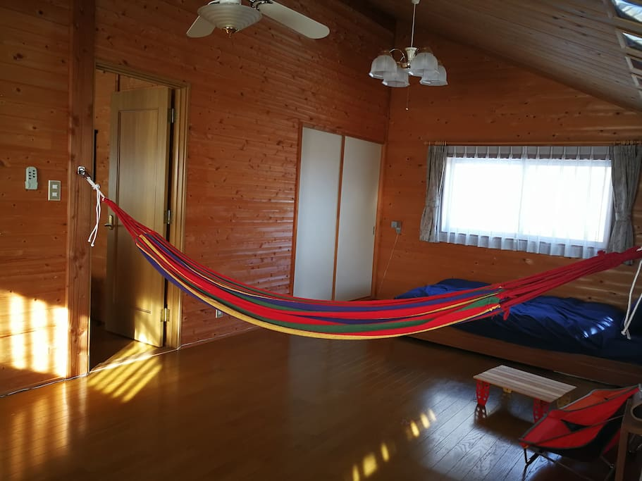 The upstairs main room. There are semi-double bed and hammock. We can put Tatami and spread Futon. メイン部屋(二階)。セミダブルベッドとハンモックがあります。畳を置いて布団も敷けます。
