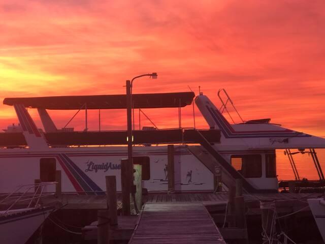 Luxury Boat Vacation Pensacola/Pensacola Beach.