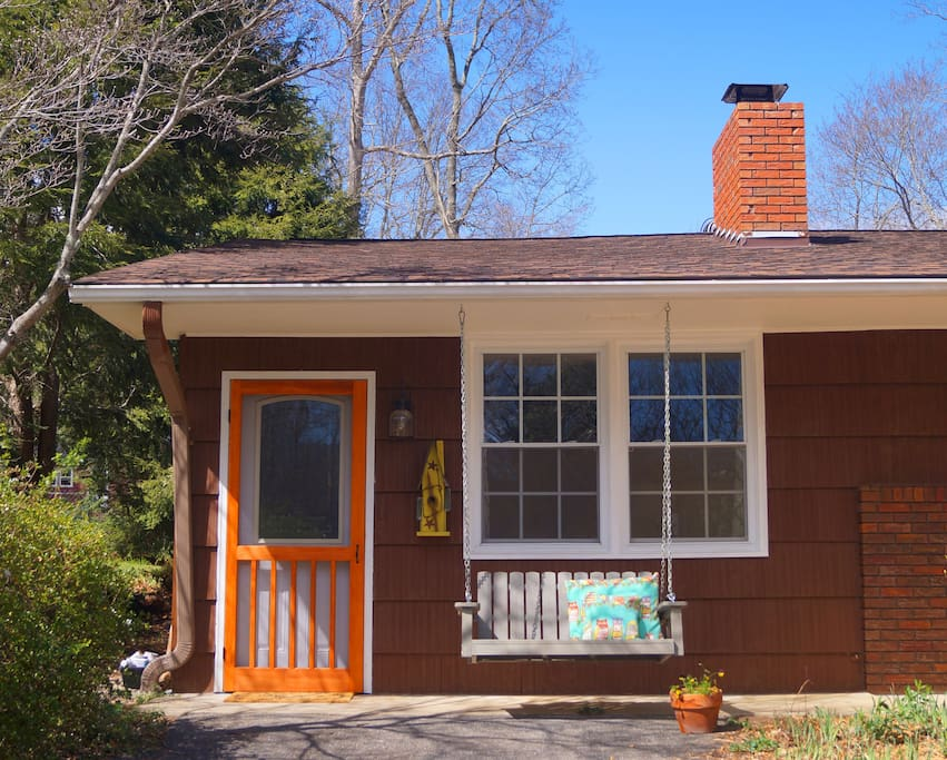 Welcome to Crab Apple Tree Cottage where you can relax and enjoy the slow pace of life on Pine Street.