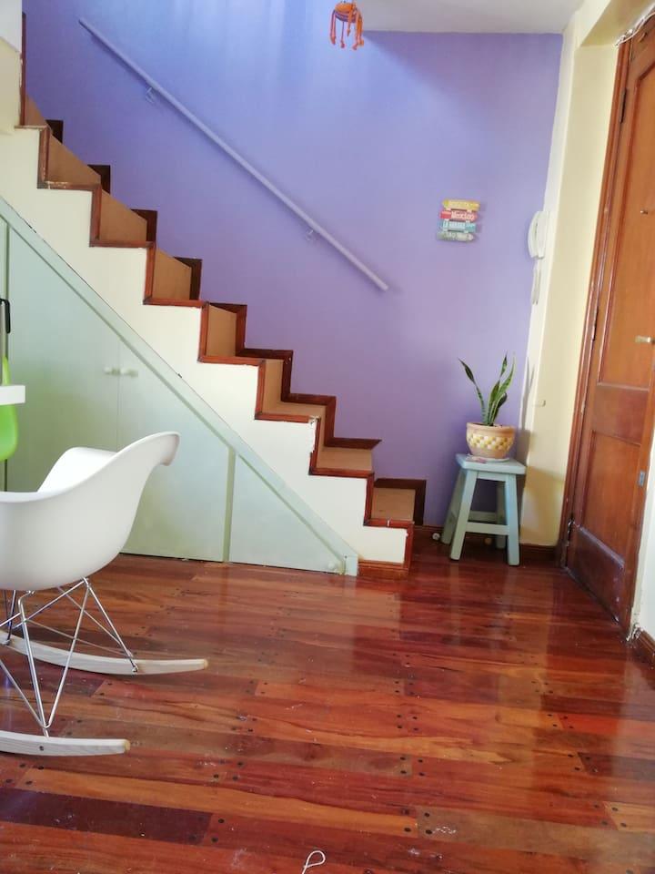 Escaleras que conducen a la habitación de la casa